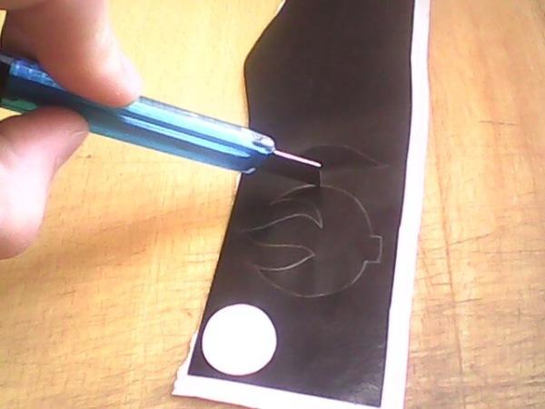 Вырезаем рисунок на пленке а помощью ножа