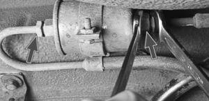 Двумя ключами, откручиваем трубки от фильтра
