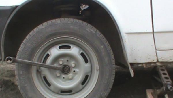 Срываем ступичную гайку, затем болты колеса и можно вывешивать колесо на домкрате